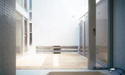 『久我山の家』狭小地に建つ、光と風を感じる住まい (中庭より光が入るバスルーム)