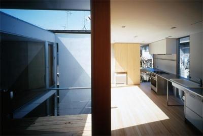 光の差し込むダイニングキッチン (『久我山の家』狭小地に建つ、光と風を感じる住まい)