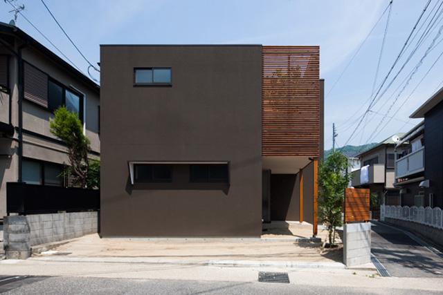 『岡本の家』木の温もりを感じる心地よい住まいの部屋 落ち着いた雰囲気の外観-1