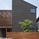 岡本の家/2階テラスを中心とした木の温もりを感じる心地よい住まいの写真 落ち着いた雰囲気の外観