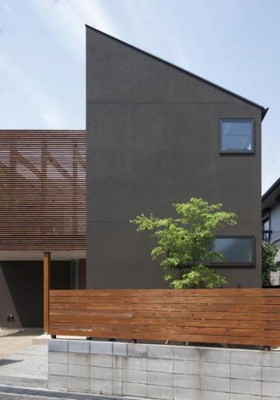 『岡本の家』木の温もりを感じる心地よい住まい (落ち着いた雰囲気の外観-2)