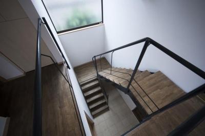 『岡本の家』木の温もりを感じる心地よい住まい (吹き抜けの階段室)