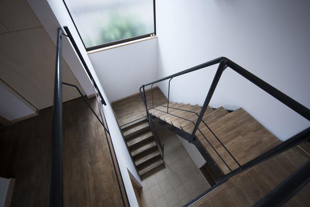 『岡本の家』木の温もりを感じる心地よい住まいの部屋 吹き抜けの階段室