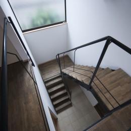 岡本の家/2階テラスを中心とした木の温もりを感じる心地よい住まい (吹き抜けの階段室)