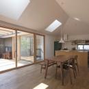 岡本の家/2階テラスを中心とした木の温もりを感じる心地よい住まいの写真 特徴的な天窓のある、光と風を取り込むLDK