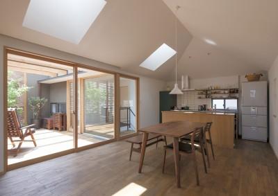 岡本の家/2階テラスを中心とした木の温もりを感じる心地よい住まい (特徴的な天窓のある、光と風を取り込むLDK)