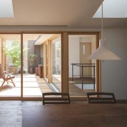 『岡本の家』木の温もりを感じる心地よい住まい-ダイニングよりテラスを見る
