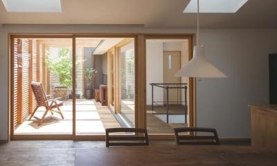 ダイニングよりテラスを見る|『岡本の家』木の温もりを感じる心地よい住まい