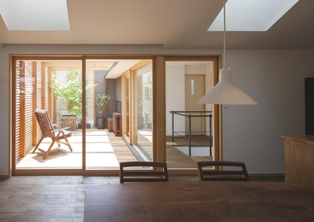 『岡本の家』木の温もりを感じる心地よい住まいの部屋 ダイニングよりテラスを見る