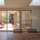 岡本の家/2階テラスを中心とした木の温もりを感じる心地よい住まいの写真 ダイニングから天窓とルーフテラスを眺める