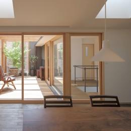 岡本の家/2階テラスを中心とした木の温もりを感じる心地よい住まい (ダイニングから天窓とルーフテラスを眺める)