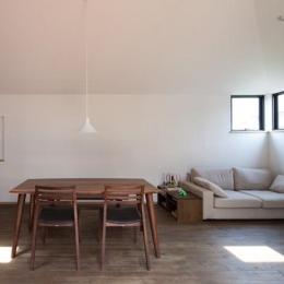 岡本の家/2階テラスを中心とした木の温もりを感じる心地よい住まい (寛ぎのリビングダイニング)
