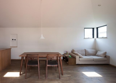 寛ぎのリビングダイニング (岡本の家/2階テラスを中心とした木の温もりを感じる心地よい住まい)