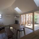 岡本の家/2階テラスを中心とした木の温もりを感じる心地よい住まいの写真 落ち着いた光環境のリビング・ダイニングと明るいルーフテラス