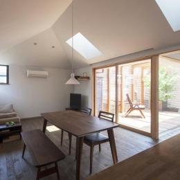 『岡本の家』木の温もりを感じる心地よい住まい (テラス・天窓より光の入るリビング)