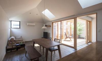テラス・天窓より光の入るリビング|『岡本の家』木の温もりを感じる心地よい住まい