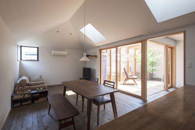 『岡本の家』木の温もりを感じる心地よい住まいの写真 テラス・天窓より光の入るリビング