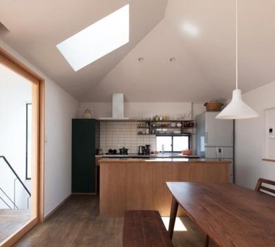 『岡本の家』木の温もりを感じる心地よい住まい (白いタイル壁がアクセントのキッチン)