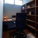 岡本の家/2階テラスを中心とした木の温もりを感じる心地よい住まいの写真 落ち着きのある書斎