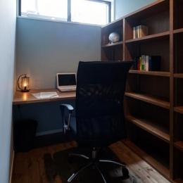 岡本の家/2階テラスを中心とした木の温もりを感じる心地よい住まい (落ち着きのある書斎)