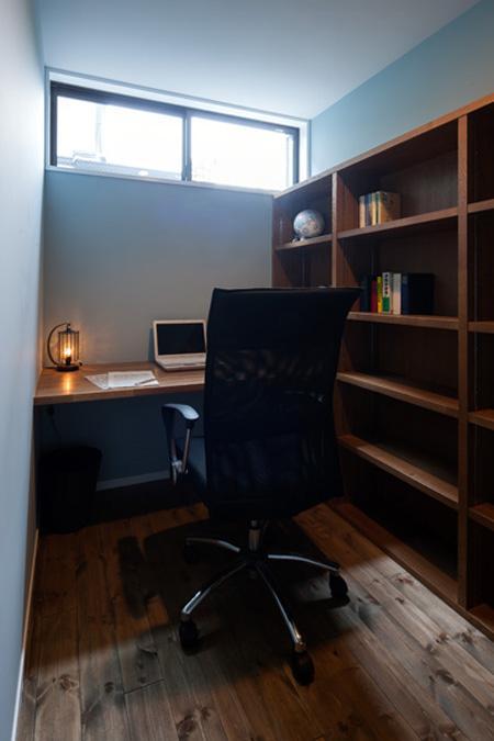 『岡本の家』木の温もりを感じる心地よい住まいの部屋 落ち着きのある書斎