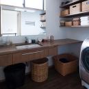岡本の家/2階テラスを中心とした木の温もりを感じる心地よい住まいの写真 洗面所-木の洗面カウンター
