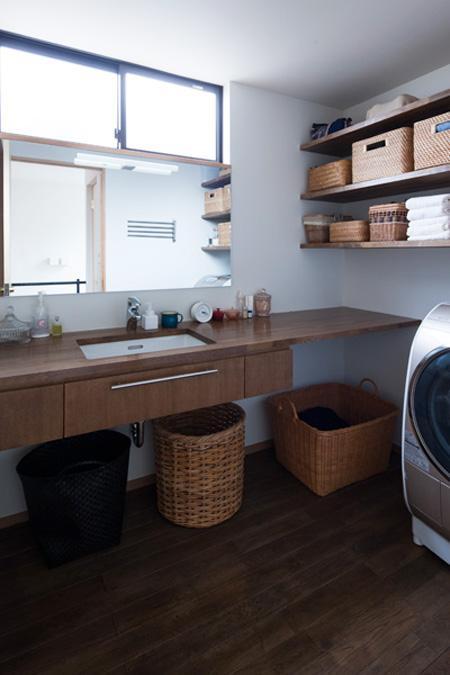 『岡本の家』木の温もりを感じる心地よい住まいの部屋 洗面所-木の洗面カウンター