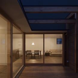岡本の家/2階テラスを中心とした木の温もりを感じる心地よい住まい (夕暮れ時のテラスからのリビング・ダイニングの眺め)