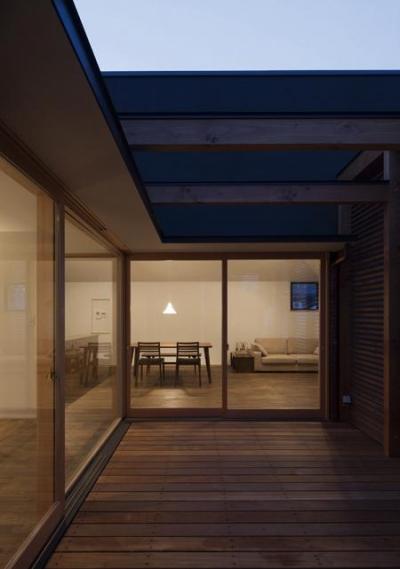 テラス-夕景 (『岡本の家』木の温もりを感じる心地よい住まい)