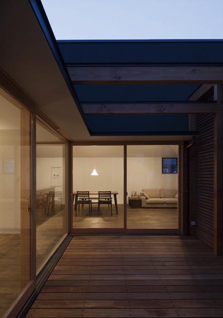 『岡本の家』木の温もりを感じる心地よい住まいの部屋 テラス-夕景