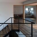 岡本の家/2階テラスを中心とした木の温もりを感じる心地よい住まいの写真 テラスと一体になる階段ホール