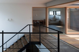 『岡本の家』木の温もりを感じる心地よい住まい (テラスと一体になる階段ホール)