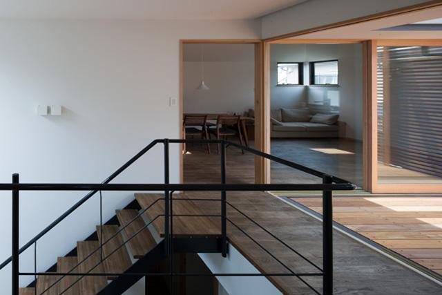 『岡本の家』木の温もりを感じる心地よい住まいの部屋 テラスと一体になる階段ホール