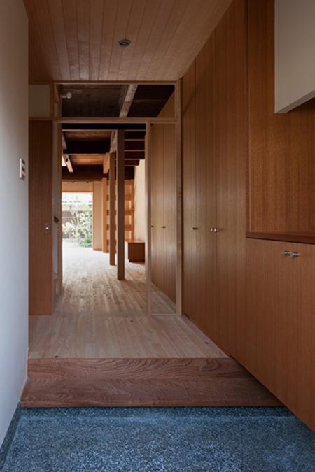 『左京の町家』築100年以上の京町家をリノベーション (玄関よりLDK方向を見る)