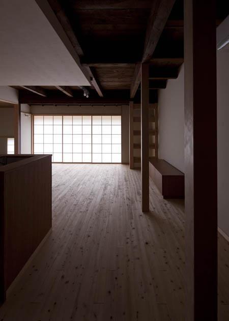 左京の町家/築100年以上の京町家をリノベーション (LDK-障子戸を閉める)