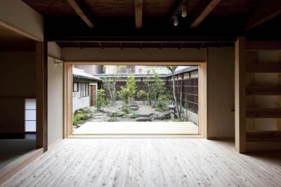 『左京の町家』築100年以上の京町家をリノベーション (庭を望めるフルオープンのLDK)