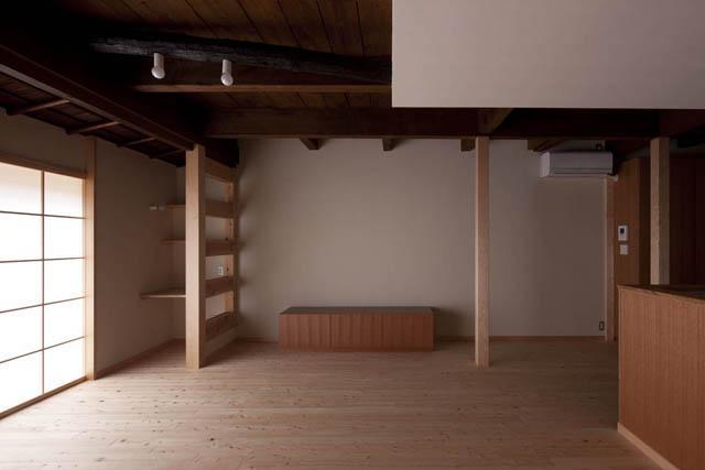 左京の町家/築100年以上の京町家をリノベーション (木の温もり感じるリビング)