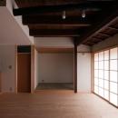 左京の町家/築100年以上の京町家をリノベーションの写真 リビングより和室を見る