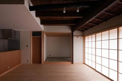 『左京の町家』築100年以上の京町家をリノベーション (リビングより和室を見る)