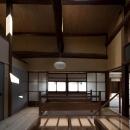 左京の町家/築100年以上の京町家をリノベーションの写真 開放的な階段ホール