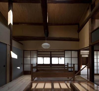 『左京の町家』築100年以上の京町家をリノベーション (開放的な階段ホール)