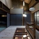 左京の町家/築100年以上の京町家をリノベーションの写真 一部透明な床の階段ホール