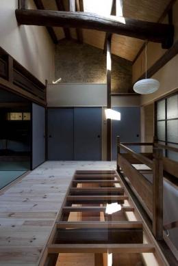 『左京の町家』築100年以上の京町家をリノベーション (一部透明な床の階段ホール)
