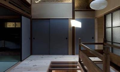 左京の町家/築100年以上の京町家をリノベーション (一部透明な床の階段ホール)