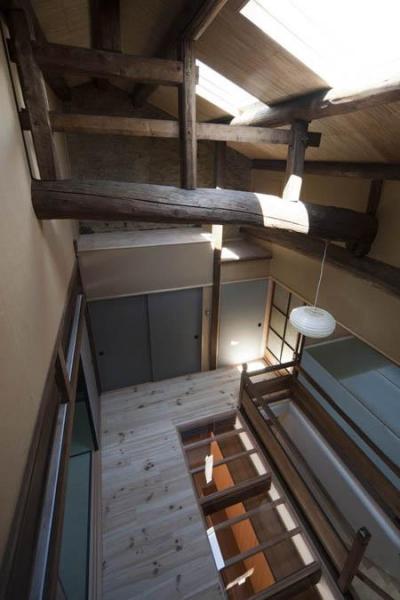 階段ホールを見下ろす (『左京の町家』築100年以上の京町家をリノベーション)