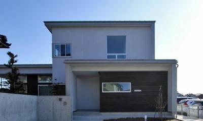 『津幡町の家2』共有庭に面した屋外リビングのある住まい