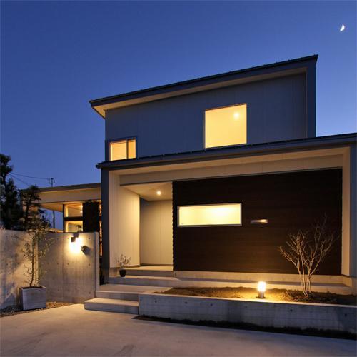 『津幡町の家2』共有庭に面した屋外リビングのある住まいの部屋 シンプルモダンな外観-夜景