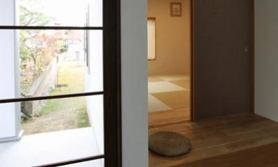 『津幡町の家2』共有庭に面した屋外リビングのある住まい (玄関より和室を見る)