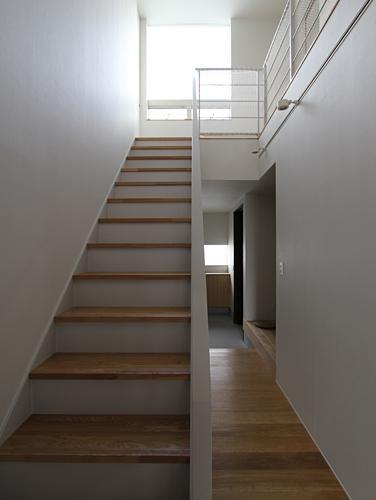 『津幡町の家2』共有庭に面した屋外リビングのある住まい (明るい階段室)