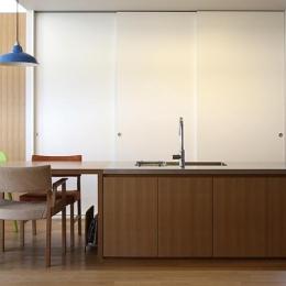 『津幡町の家2』共有庭に面した屋外リビングのある住まい (シンプルなダイニングキッチン)